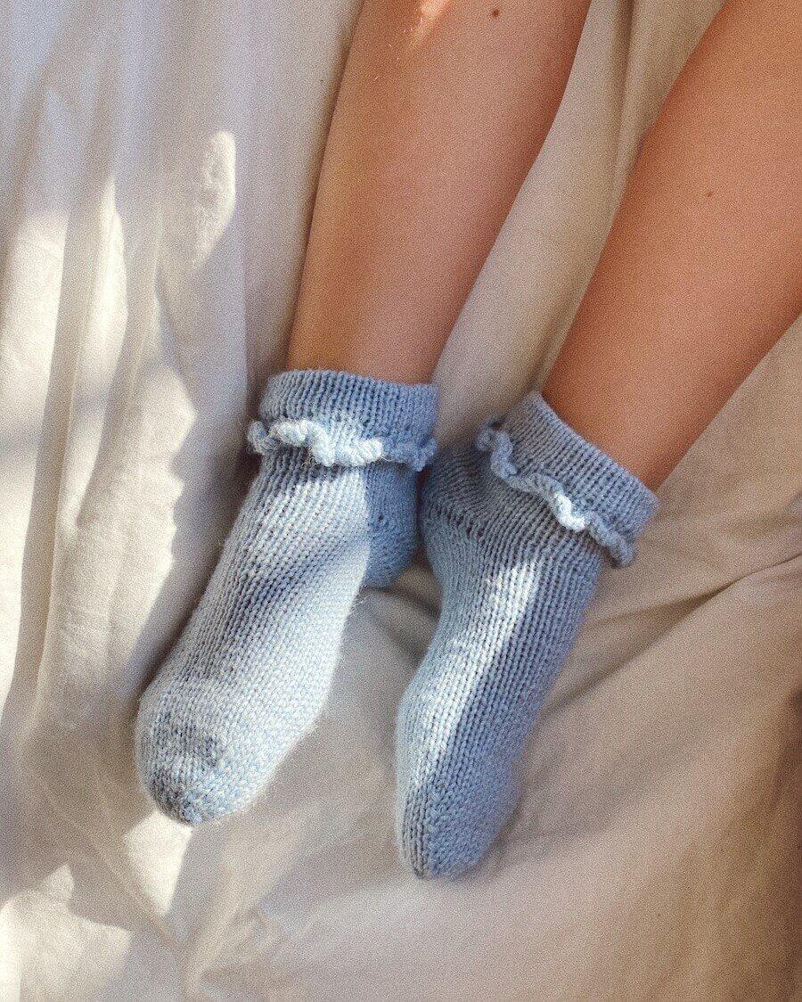 Ruffle Socks Junior by PetiteKnit -neuleohje EN