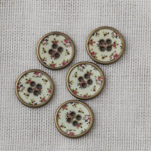 Pyöreä messinkinappi kukkakuviolla 18mm -  02 valkoinen