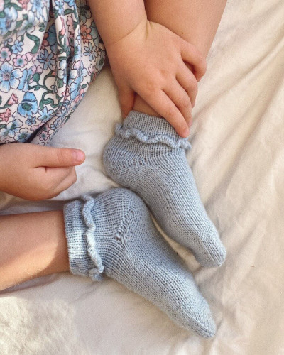 Ruffle Socks Junior by PetiteKnit -neuleohje EN